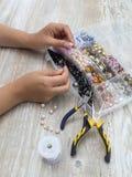 Scatole con le perle, accessori per cucito Fotografia Stock
