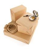 Scatole dei pacchetti su fondo bianco Fotografia Stock