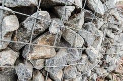 Scatole del gabbione che proteggono un fiume dall'erosione Immagini Stock