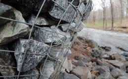 Scatole del gabbione che proteggono un fiume dall'erosione Fotografia Stock