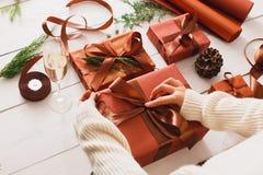 Scatole del regalo di Natale su fondo di legno bianco Fotografie Stock