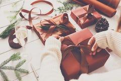 Scatole del regalo di Natale su fondo di legno bianco Fotografia Stock