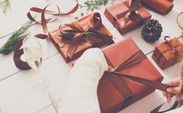 Scatole del regalo di Natale su fondo di legno bianco Fotografia Stock Libera da Diritti