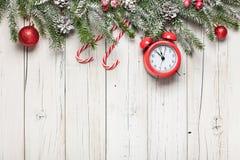 Scatole della decorazione e di regalo di Natale su fondo di legno immagine stock