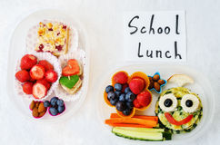 Scatole della refezione per i bambini con alimento sotto forma di fronti divertenti Immagini Stock Libere da Diritti