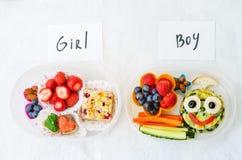 Scatole della refezione per la ragazza ed il ragazzo con alimento sotto forma di divertimento Fotografia Stock