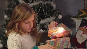 Scatole di apertura della ragazza con i presente archivi video