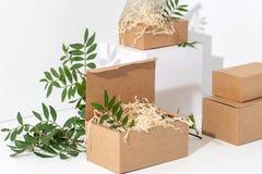 Scatole di carta eliminabili e riciclabili nell'angolo sopra fondo bianco fotografia stock libera da diritti