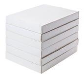 Scatole di cartone bianche isolate su bianco Fotografia Stock