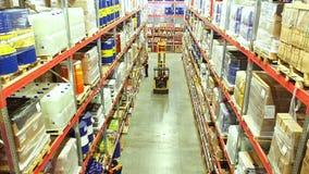 Scatole di cartone dentro un magazzino di stoccaggio stock footage