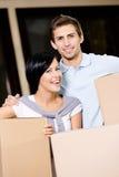 Scatole di cartone di trasporto delle coppie felici Fotografie Stock