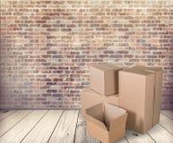 Scatole di cartone differenti nella sala Immagine Stock Libera da Diritti