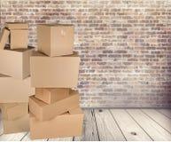 Scatole di cartone differenti nella sala sul pavimento Immagine Stock