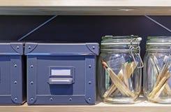 Scatole di cartone grige per la conservazione degli elementi della famiglia fotografie stock libere da diritti