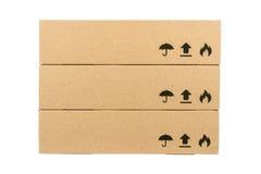 Scatole di cartone isolate su un fondo bianco Immagini Stock