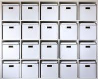Scatole di cartone sugli scaffali Fotografie Stock