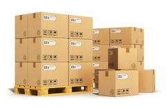 Scatole di cartone sui pallet di trasporto Fotografie Stock