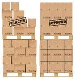 Scatole di cartone sulla tavolozza di legno Fotografia Stock