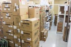 Scatole di cartone in un deposito del magazzino Immagini Stock Libere da Diritti