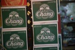 Scatole di Chang Beer a Bangkok, Tailandia fotografia stock