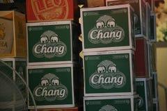 Scatole di Chang Beer a Bangkok, Tailandia immagine stock