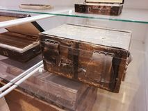 Scatole di legno antiche sullo scaffale immagine stock libera da diritti
