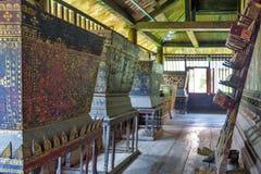 Scatole di legno dorate che contengono Pali biblioteca interna di Tripitaka o di Ho Trai esibita manoscritti a Wat Mahathat, Yaso Fotografia Stock