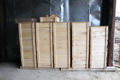 Scatole di legno per gli alveari interni su una grande arnia immagine stock