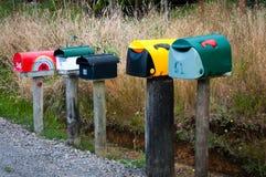 Scatole di lettera su una strada campestre rurale Fotografia Stock