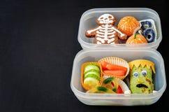 Scatole di pranzo per i bambini sotto forma di mostri Fotografia Stock