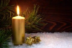 Scatole dorate di regalo e della candela per la festa Immagine Stock