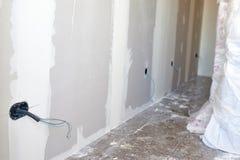 Scatole e cavi di nuova installazione elettrica DIY, costruzione dell'interno della stanza di miglioramenti della casa fotografie stock libere da diritti