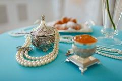 Scatole e perle d'argento della perla sulla tavola fotografie stock libere da diritti