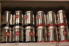 Scatole metalliche del metallo illy dei chicchi di caffè Immagini Stock Libere da Diritti