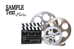 Scatole metalliche della pellicola con i Direttori Clapboard su briciolo Immagini Stock