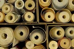 Scatole in pieno di rulli della carta da parati Fotografia Stock