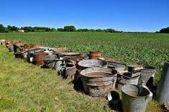 Scatole, secchi, vasi e canestri visualizzati per un'asta Fotografie Stock Libere da Diritti