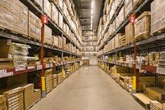 scatole sulle file degli scaffali Immagini Stock