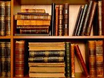 Scatter книг на полках стоковое изображение rf