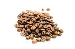 Scatter кучи кофейных зерен стоковая фотография