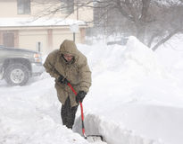 Scavando da una bufera di neve. Fotografia Stock Libera da Diritti