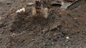 Scavatura del secchio dell'escavatore video d archivio