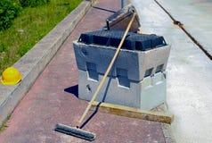 Scavi il calcestruzzo prefabbricato del blocco, il casco, spazzola di sfregatura Fotografia Stock Libera da Diritti