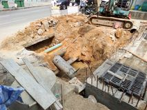scavi la sporcizia alla riparazione o alla sostituzione sotterranea dei tubi immagine stock