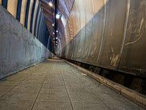 Scavi una galleria, paesaggio urbano con rifiuti - sporchi e trascurati Fotografia Stock Libera da Diritti