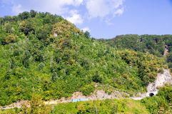 Scavi una galleria sopra il precipizio nella montagna del Montenegro Fotografie Stock