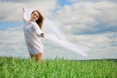 scawl девушки летания поля Стоковые Изображения RF