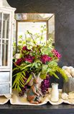 Sceanrio de dessus de table et de miroir avec des lapins de coffret et de mère et de bébé de curiosité de fleurs image libre de droits