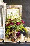 Sceanrio del tablero de la mesa y del espejo con los conejos del gabinete y de la madre y del bebé del objeto curioso de las flor imagen de archivo libre de regalías