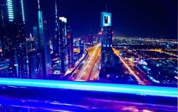 Sceicco Zayed Road alla notte, Dubai, UAE Fotografia Stock Libera da Diritti